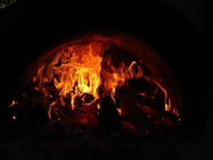 Feuer im Pizzaofen der Pfadfinder