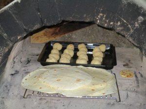 Selbstgemachte Pizzabrötchen am Feuer