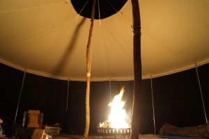 Lagerfeuer in der Jurte der Pfadfinder