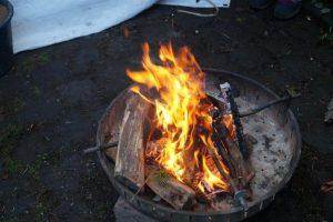 Lagerfeuer der Pfadfinder auf dem Weihnachtsmarkt in Köln Brück